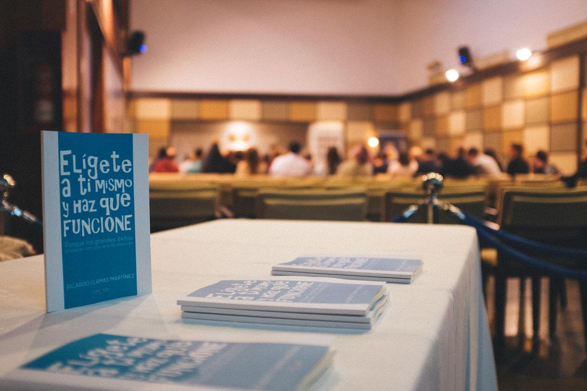 """Fotografía del evento presentación del libro """"Elígete a ti mismo y haz que funcione"""""""
